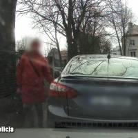60-latka ostrym kamieniem rysowała auta [VIDEO]